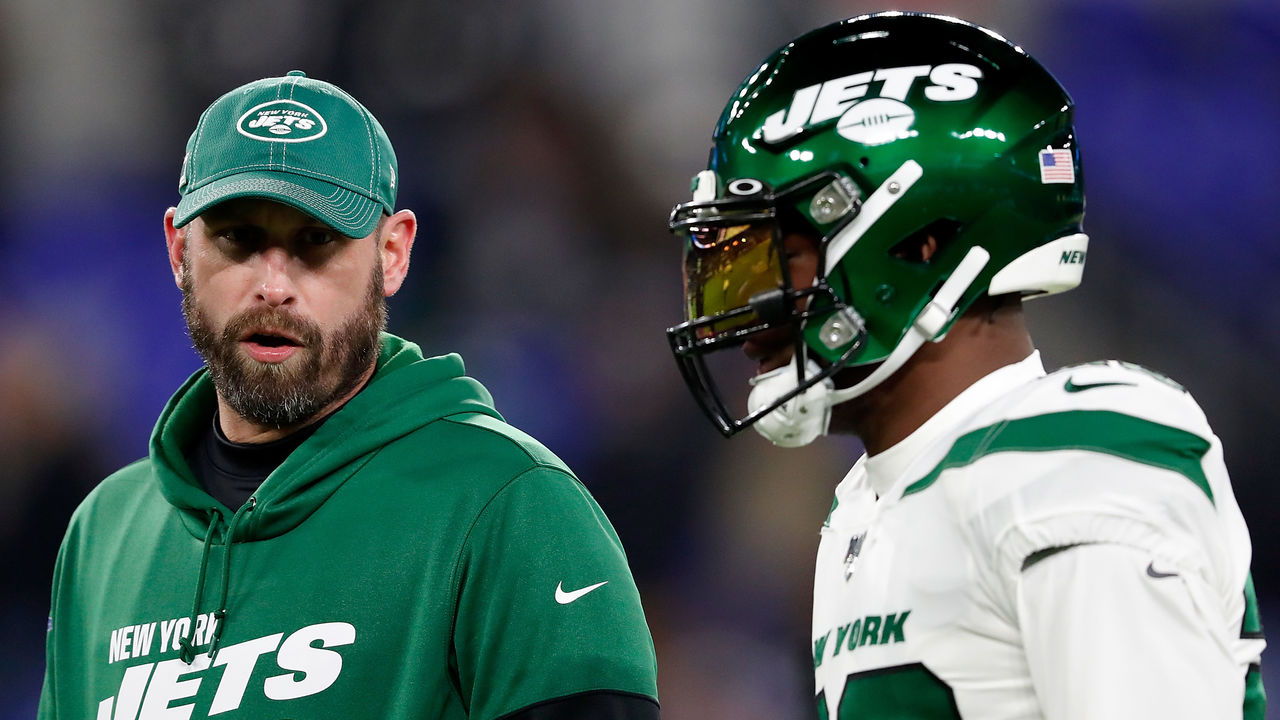 BALTIMORE, MARYLAND - DECEMBER 12: Head coach Adam Gase of the New York Jets and running back Le'Veon Bell #26 talk before the game against the Baltimore Ravens at M&T Bank Stadium on December 12, 2019 in Baltimore, Maryland.