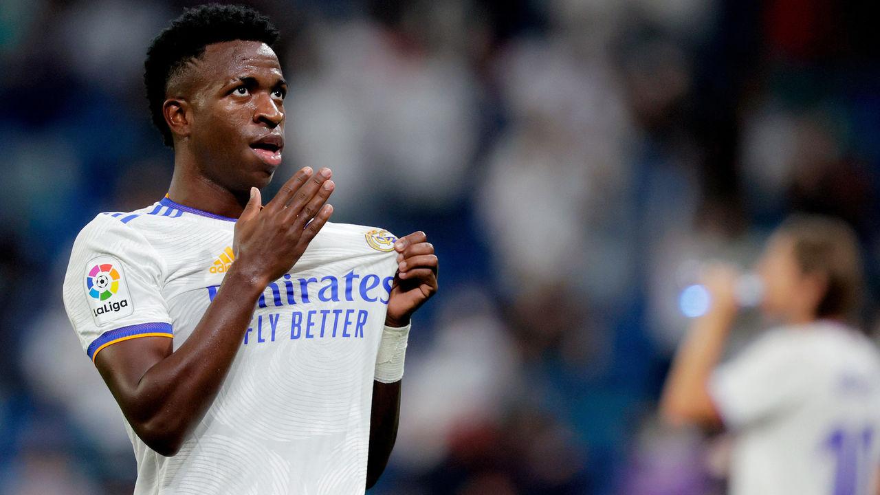 Real Madrid fans embrace Vinicius Jr. after failure to sign Mbappe | theScore.com